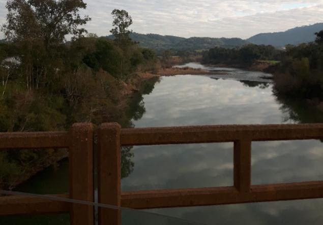 Ponte de madeira sobre rio da região marcada pelos seus afluentes (Foto: Arquivo pessoal)